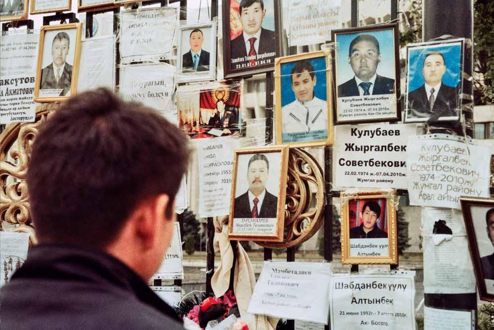 Sommer 2010: Am Weißen Haus in Bischkek, dem Regierungssitz, erinnern Fotos an die Opfer des Umsturzes im April desselben Jahres. Heute erinnert ein Denkmal an die Verstorbenen (Foto: Edda Schlager)